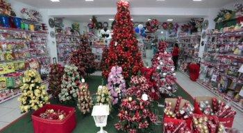 Os artigos natalinos já ocupam espaço nas lojas do centro do Recife
