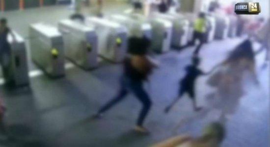 Vídeo: tiroteio deixa passageiros assustados no TI Joana Bezerra