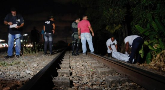 Adolescente morre atropelado por trem no metrô do Recife