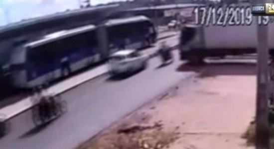 Vídeos mostram momento em que caminhão atinge BRT e mais três veículos
