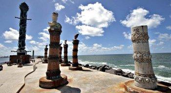 Uma das obras mais famosas de Francisco Brennand é a Coluna de Cristal