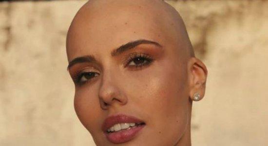 Com câncer, modelo de caixa de tintura raspa cabelo e mostra superação