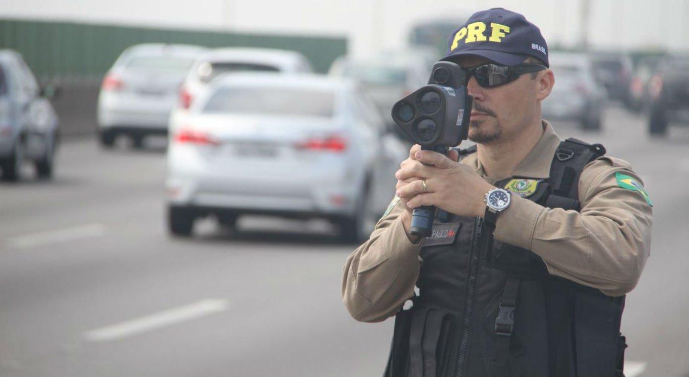 Policiais rodoviários fiscalizam rodovias federais