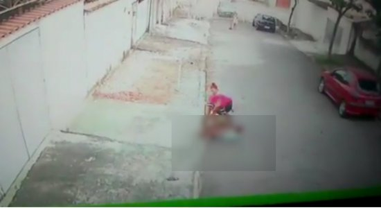 Vídeo: jovem salva criança de 5 anos de ataque de pitbull