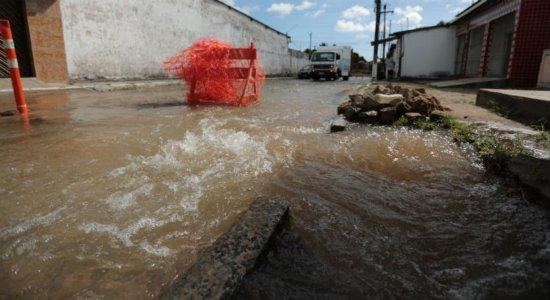 Vazamento de água em Igarassu afeta abastecimento de cidades da RMR