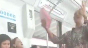 Uma mulher foi flagrada gritando e xingando uma religiosa que pregava no metrô