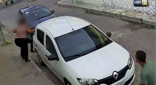 Vídeo mostra desespero de mulheres tentando se esconder de assalto