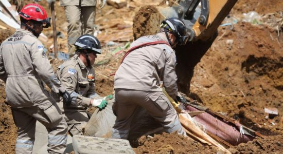 Laudos indicando causa do deslizamento de barreira em Dois Unidos devem ficar prontos em 15 dias