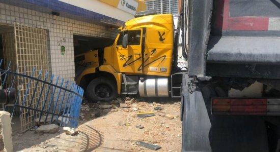 Motorista perde controle e carreta colide com carros e invade Correios