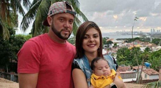 O casal Emanuel Henrique de França, de 25 anos, e Érica Virgínia, de 19 anos, além do filho deles, Érico Júnior, de dois meses