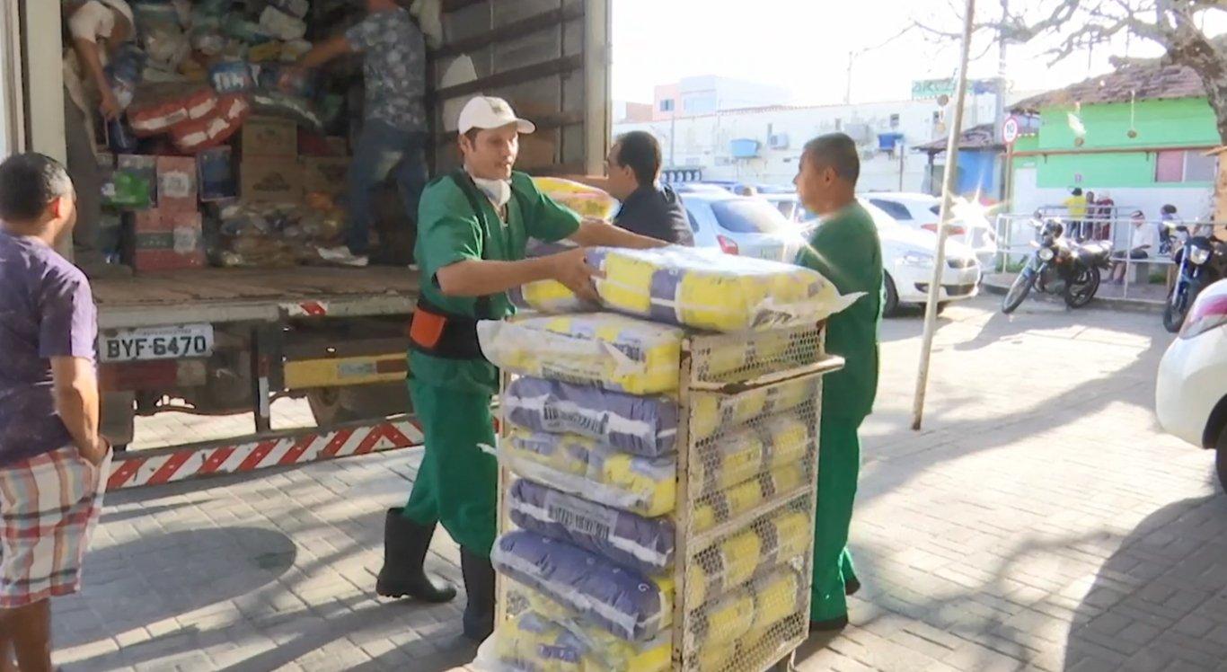 Foram entregue alimentos, fraldas geriátricas e materiais de limpeza