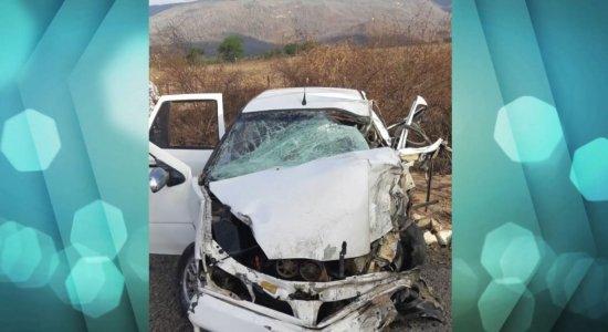 Colisão entre carro e caminhão deixa um morto e sete feridos na BR-232