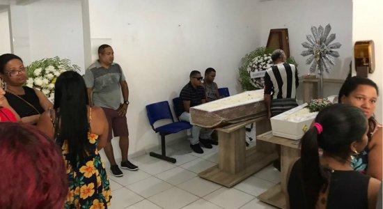 Dor e comoção: avó e neta vítimas do deslizamento são enterradas no Recife