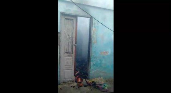 Vídeo: mulher tem casa incendiada e ex-companheiro é suspeito do crime