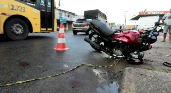 Dois homens morrem após colisão com poste em Camaragibe