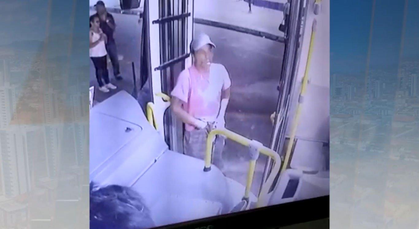 Vídeo mostra quando homem entra no coletivo e anuncia o assalto