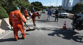 Com o buraco, uma faixa da via teve que ser interditada causando congestionamento