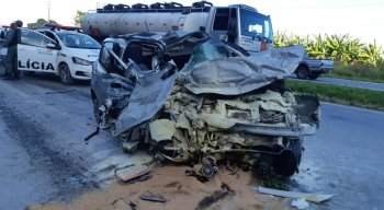 O veículo ficou completamente destruído