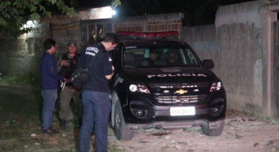 Grupo invade casa, mata jovem e família foge no Cabo