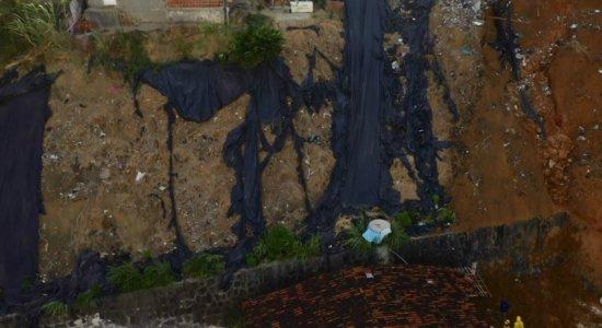 Vazamentos constantes: comunidades próximas a deslizamento em alerta