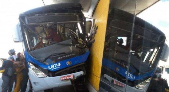Motorista fica ferido após colisão de BRT contra estação em Olinda