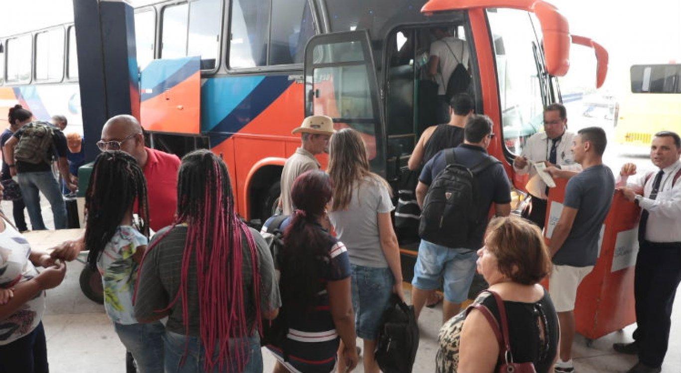 Passageiros embarcando na rodoviária de Caruaru