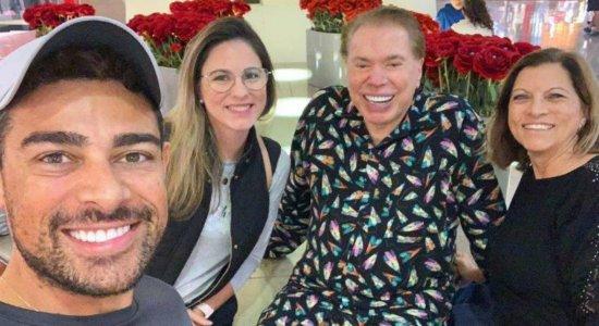 De férias nos Estados Unidos, Silvio Santos aparece de pijama e fãs registram