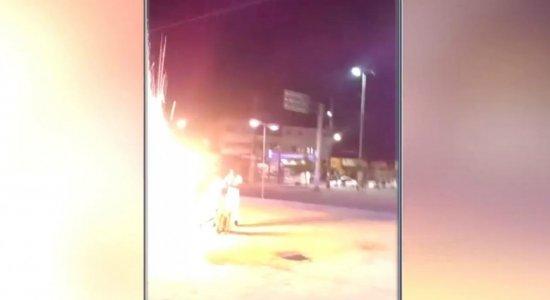 Vídeo: dançarino é atingido por fogos de artifício durante festa