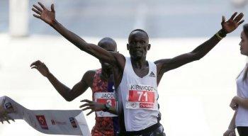 Os dois cruzaram a faixa com os corpos quase colados um ao outro, definindo os dois primeiros lugares da corrida aos 42 minutos e 59 segundos