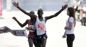 Queniano Kibiwott Kandie ultrapassou, nos últimos segundos, o ugandense Jacob Kiplimo