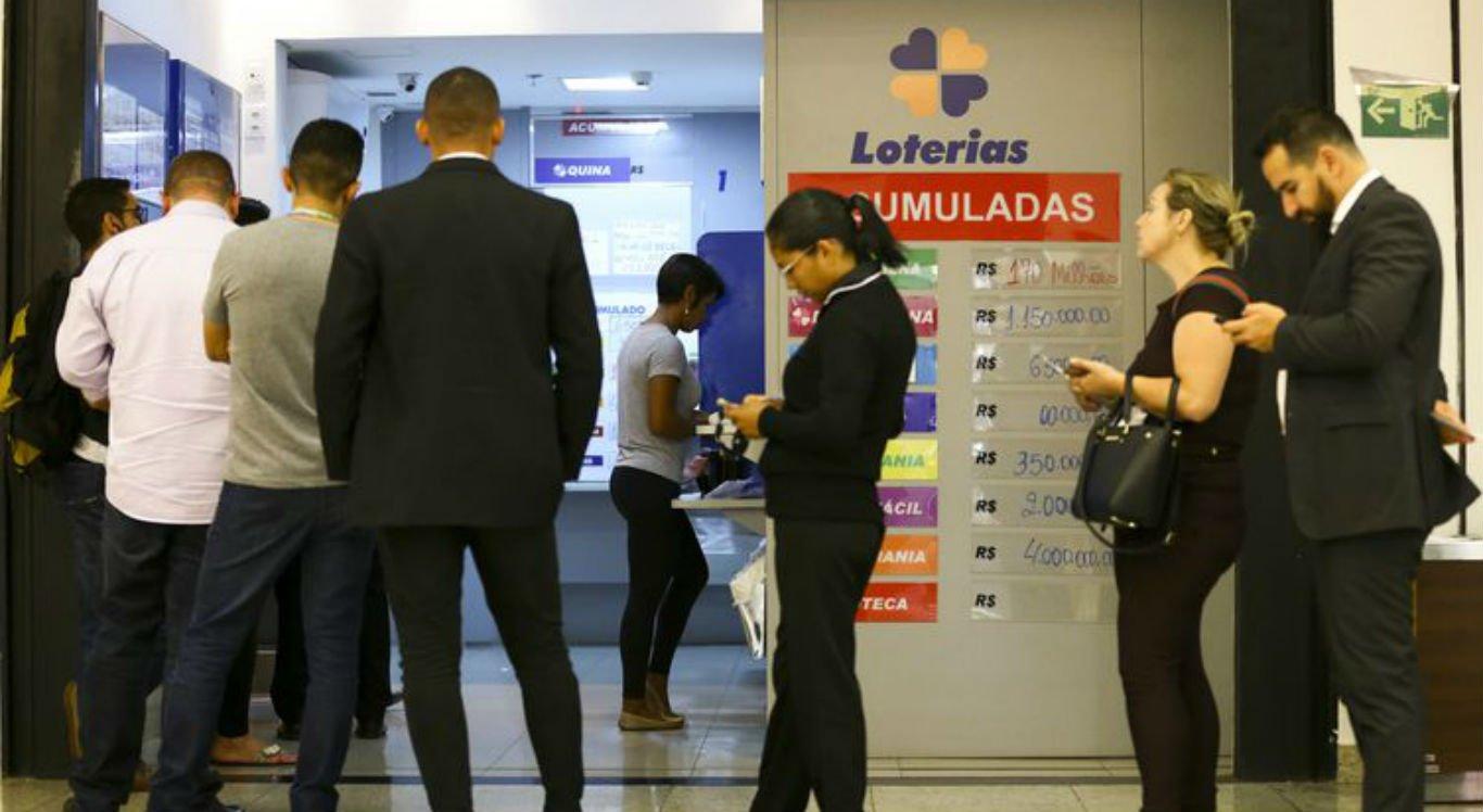 Apostadores fazem fila em casa lotérica jogar na Mega da Virada. Aspostas podem ser feitas até as 17h