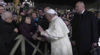 Papa Francisco se irritou com fiel que o puxou pelo braço
