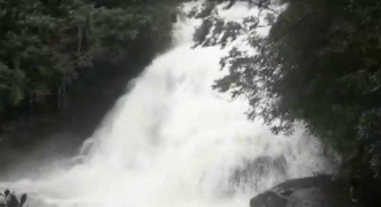 Vídeo: enxurrada em cachoeira mata cinco pessoas em Minas Gerais