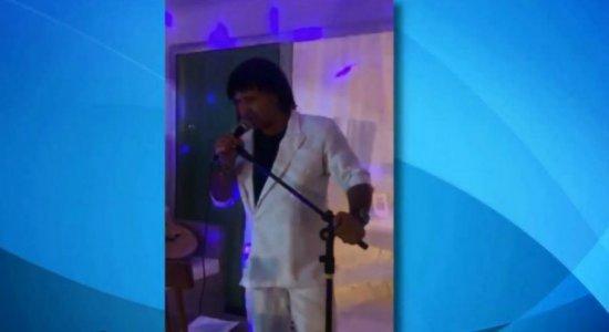 ''Esse cara sou eu'': cover de Roberto Carlos no Recife faz paródia e viraliza
