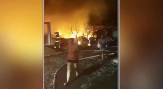 Vídeo: incêndio destrói casa e depósito em Carpina