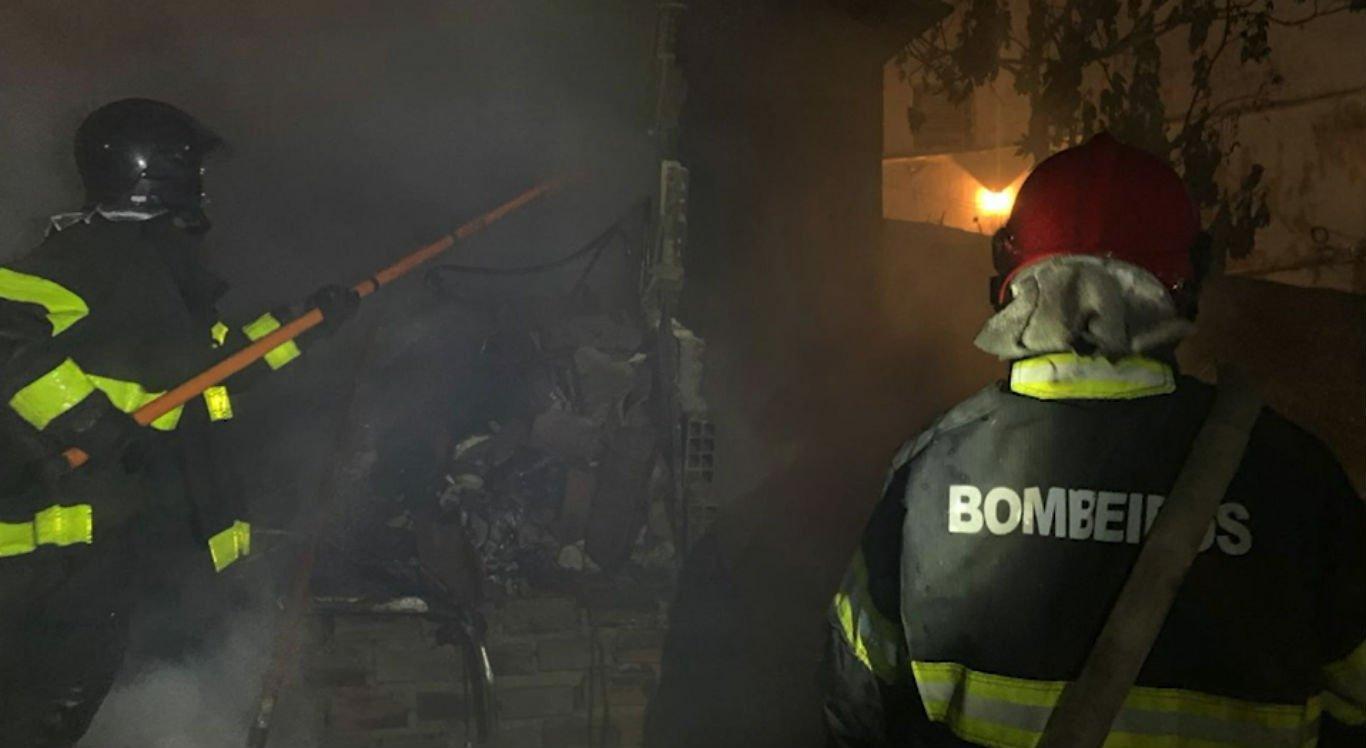 Incêndio de grandes proporções atingiu a casa