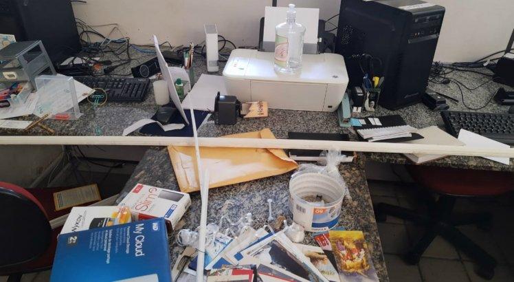 Criminosos levaram objetos e vandalizaram o local