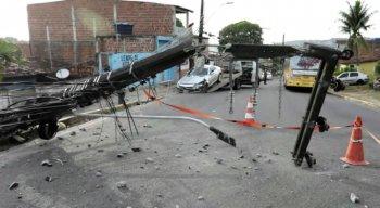 Com o impacto da batida, o poste caiu na pista, atrapalhando a passagem de veículos.