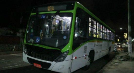 Criminosos assaltam ônibus e fazem cerca de 20 vítimas em Olinda