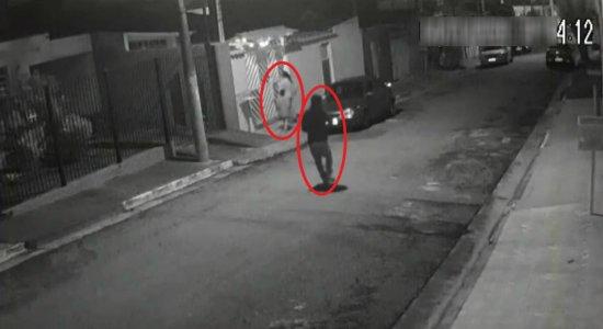 Vídeo mostra momento em que mulher é baleada no rosto na frente do filho