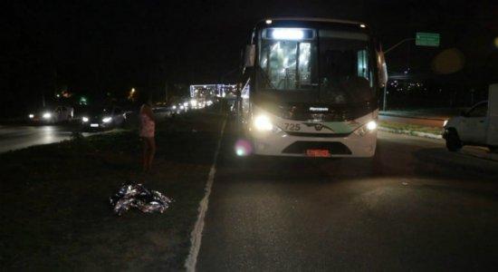 Mulher morre atropelada por ônibus na BR-101