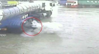 O vídeo mostra o momento da explosão e o homem sendo arremessado