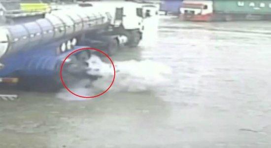 Vídeo: pneu de caminhão estoura e homem é arremessado