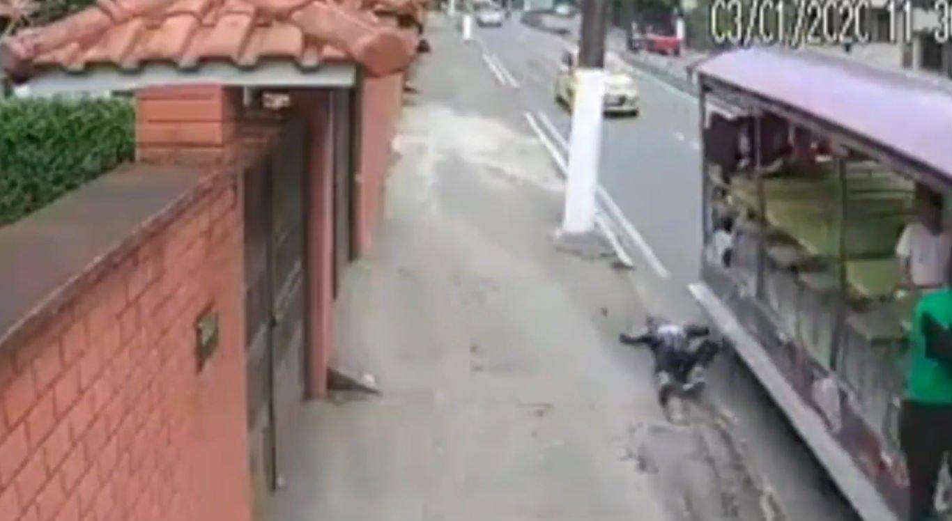 Homem vestido de Homem-Aranha caiu de trenzinho