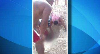 Adolescente é resgatado, em Maricá, RJ, depois de brincadeira de enterar na areia