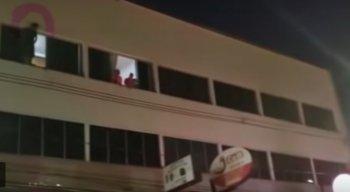 O homem de 43 anos desistiu de cometer suicídio após multidão cantar