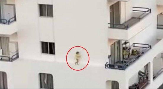 Vídeo: criança corre no parapeito de prédio de 15 metros de altura