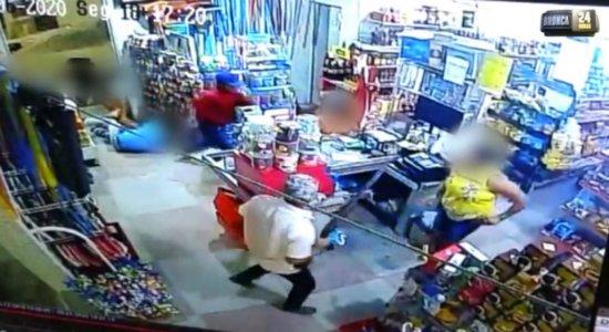 Vídeo mostra assalto violento a mercadinho em plena luz do dia