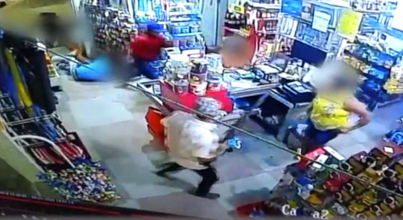 Dupla armada invade mercadinho e rouba dinheiro do caixa