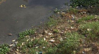 Rio Ipojuca tem muito lixo acumulado
